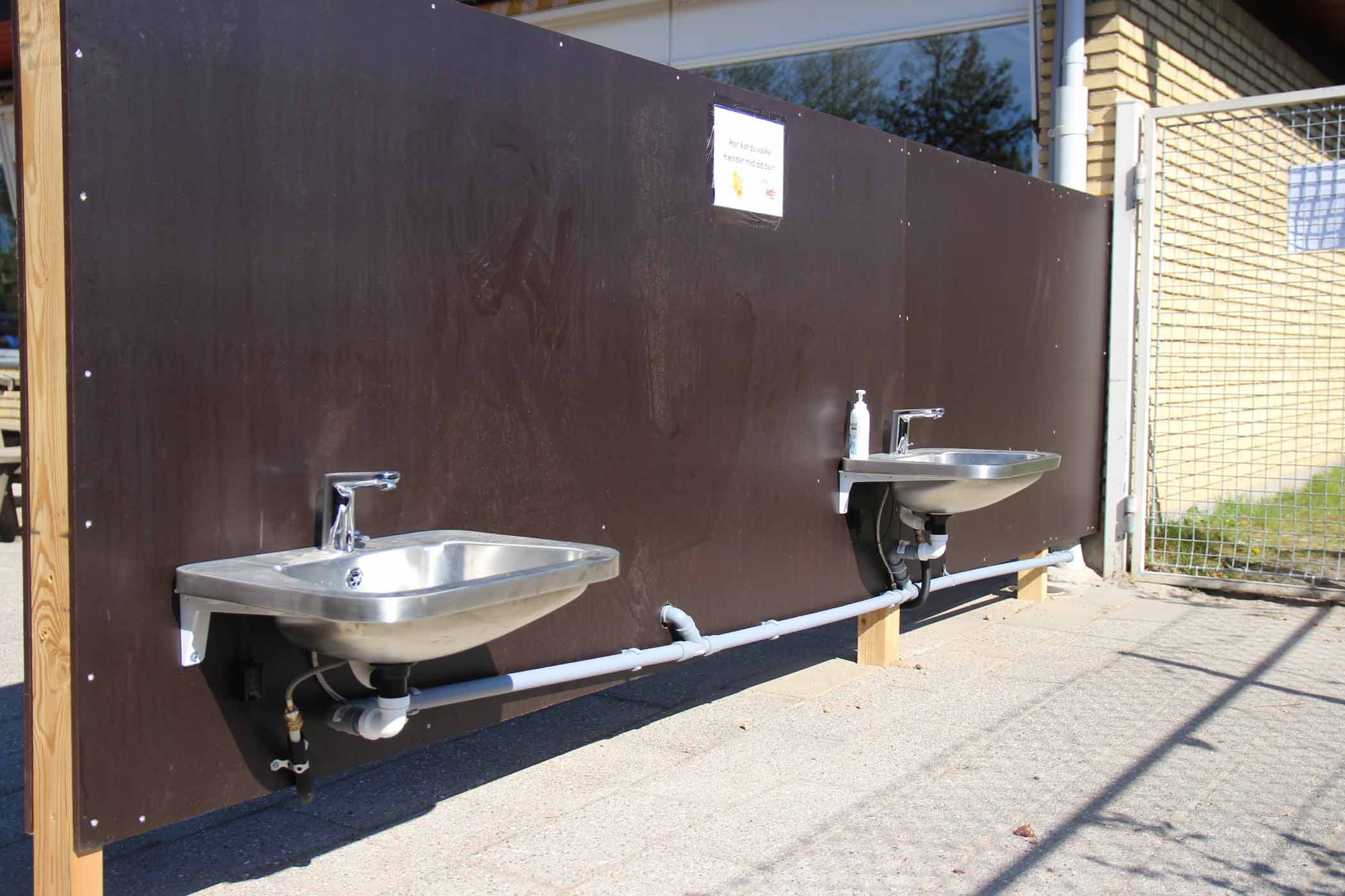 Opsætning af 230 håndvaske for Hillerød Kommune